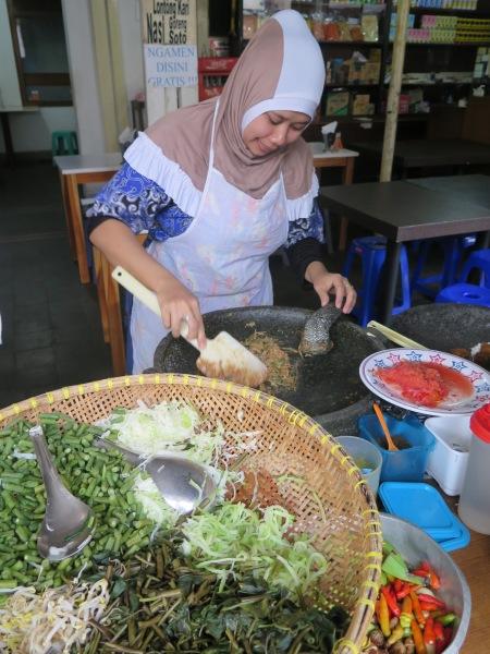 Lotek at Toko Cahaya, Jalan Naripan.