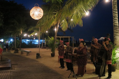 Kroncong band performing by the path in front of Tandjung Sari.